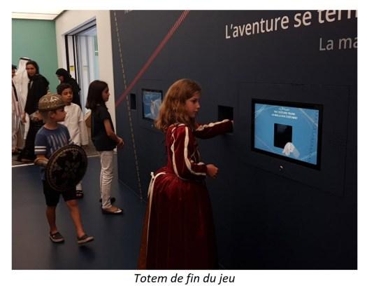 Les enfants scannent leur bracelet pour accéder à leur profil et jouer à l'animation de la salle.