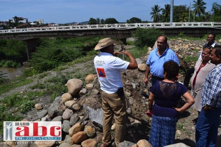 Por instrucciones del gobernador Héctor Astudillo fue atendida la petición del presidente Arturo Gómez para revisar el dragado y las zonas pendientes por dragar y que ponen en riesgo las colonias de La Esmeralda y Barrio de la Hoja.