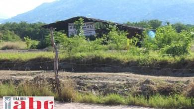 """Photo of Tratan de introducir tubería en Las Salinas para arrojar más aguas """"tratadas"""" a la laguna"""