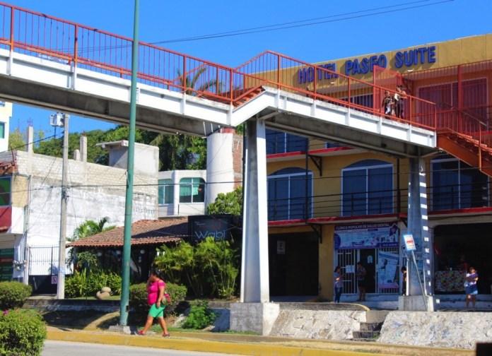puente-peatonal-zihuatanejo.jpg