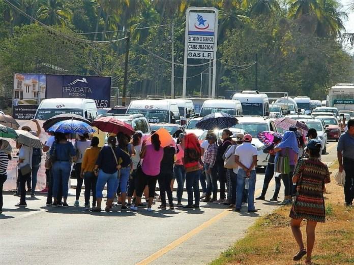 bloqueo-boulevard-aeropuerto-zihuatanejo_001.jpg
