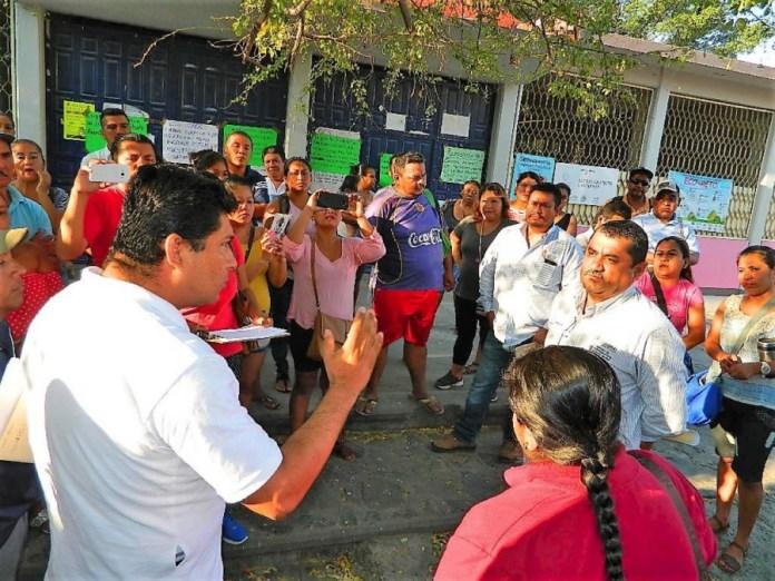manifestacion-padres-maestros-primaria-zihuatanejo_001.jpg