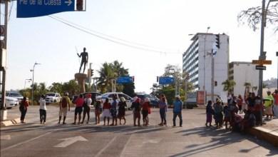 Photo of Bloquean ambulantes por tercera vez la Costera de Acapulco por despensas