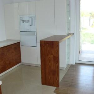 kuchnie na zamówienie drewno biel kuchnia przy ogrodzie