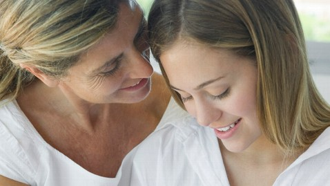 gty mother daughter ll 120420 wblog Aging Moms Prefer Daughter to Hubby, Study Finds