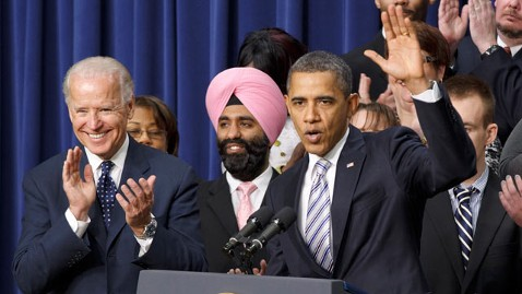 The Man in the Pink Turban: Navroop Mitter Stood Out Behind President Obama at White House Event (photo: abcnews.go.com)