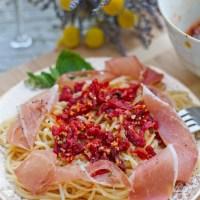Garlic Sun-dried Tomatoes Sauce & Prosciutto Over Spaghetti