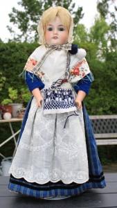 Her er hun så, i gang med at strikke en trøje til sin mand i det originale mønster fra Sejerø.