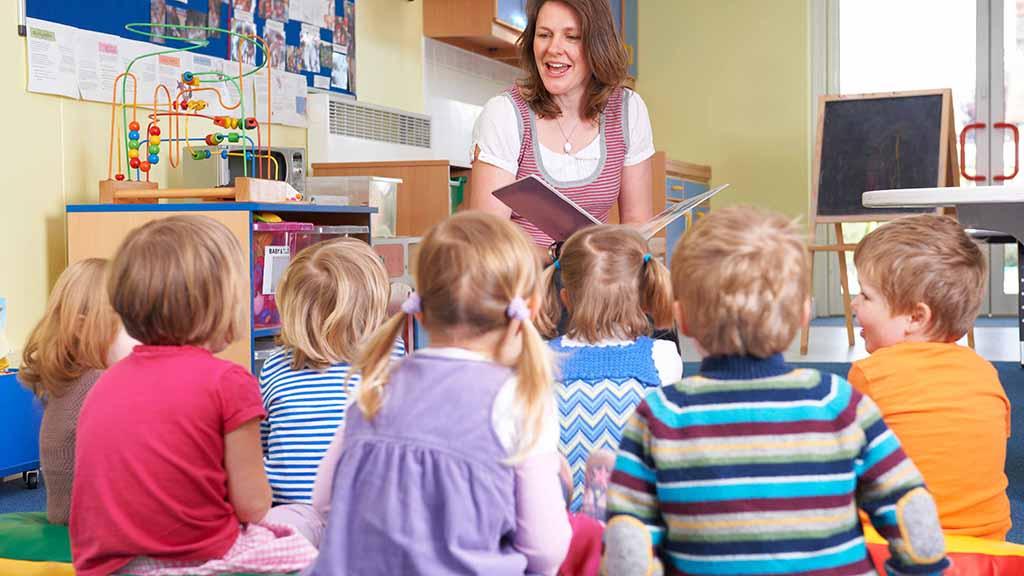 Erzieherin mit Kindern in der Kita