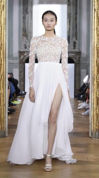 Langarm Brautkleid mit Beinschlitz und leichten Transparenzen mit Blüten