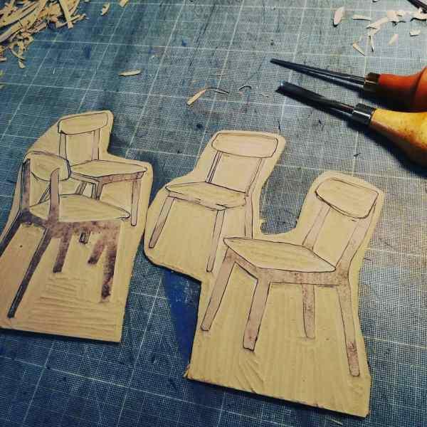 Gravure de la matrice des chaises qui va illustrer la lutte des places