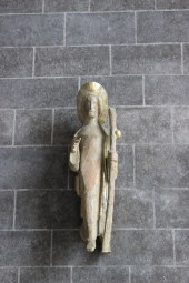 Eine Jakobsstatue an der Kirche.