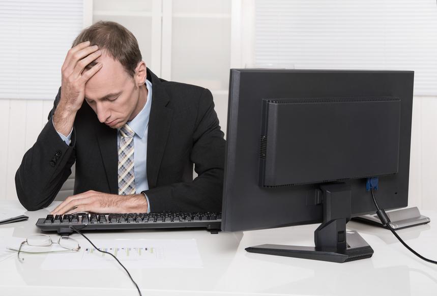 Homem com a mão na cabeça e expressão de preocupação, representando os erros contábeis mais comuns