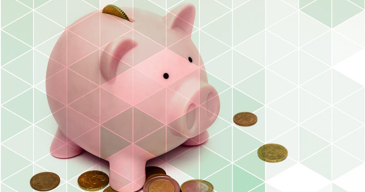 Imagem de um cofrinho em forma de porco com algumas moedas a sua volta, representando as formas de economizar nos impostos