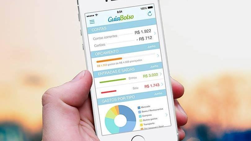 Foto de uma mão segurando um celular com o aplicativo Guia Bolso aberto na tela