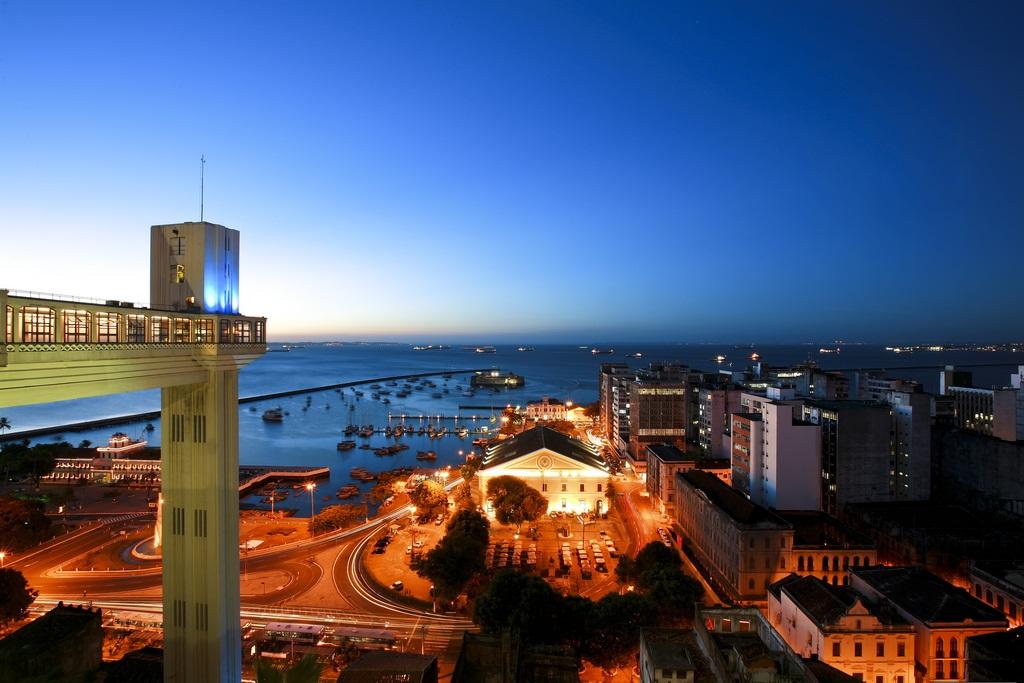 Foto do elevador lacerda ao entardecer, representando abrir empresa em Salvador