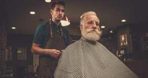 Homens em uma barbearia, representando como abrir uma barbearia - Abertura Simples