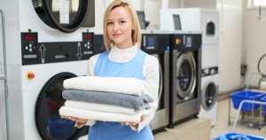 Mulher em uma lavanderia, representando abrir uma lavanderia - Abertura Simples