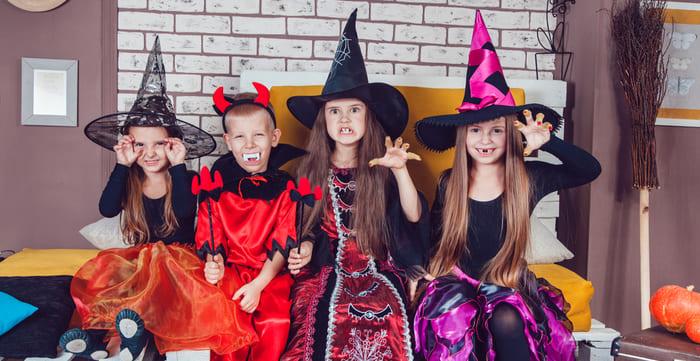 Crianças fantasiadas, representando abrir uma loja de fantasias - Abertura Simples