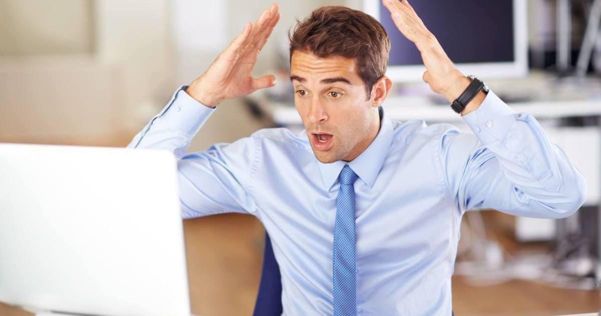 Foto de um homem levando as mãos à cabeça em sinal de preocupação, representando a regularização de CNPJ suspenso