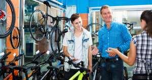 Pessoas em uma bicicletaria, representando abrir uma bicicletaria - Abertura Simples