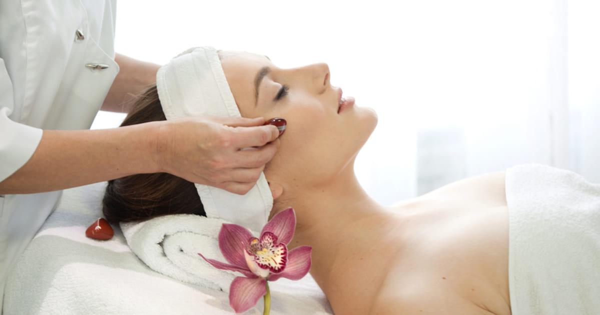 Foto de uma mulher recebendo massagem, representando como abrir uma clínica de estética