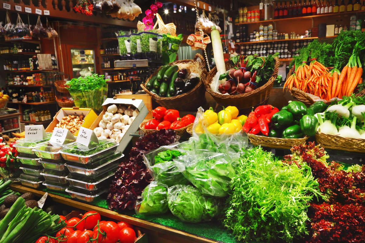 Foto de diversos legumes e verduras, representando a mercearia