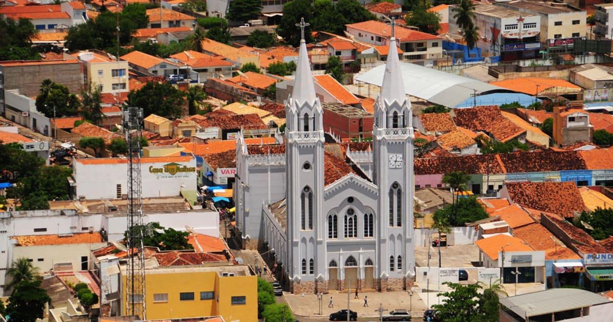foto da igreja da cidade, representando como abrir empresa em picos