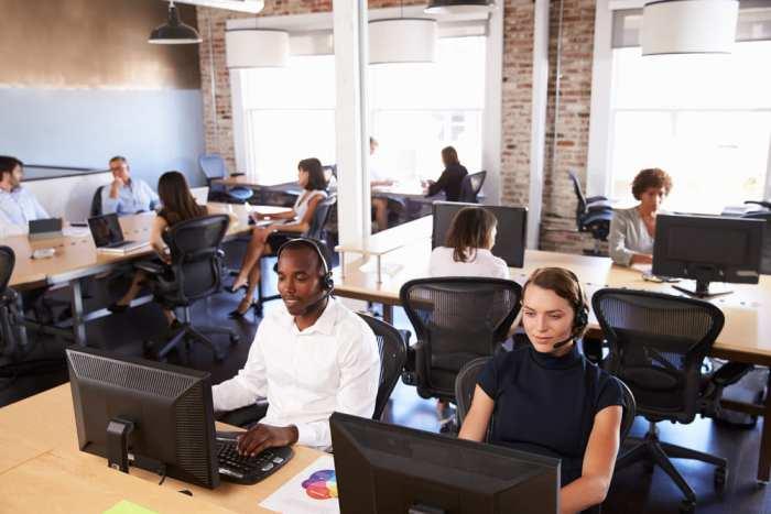 foto de um escritório com vários atendentes, representando como abrir um call center