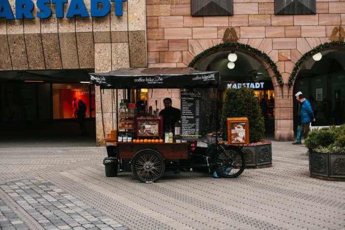 Foto de um carrinho de comida em uma via pública, representando como abrir um comércio ambulante