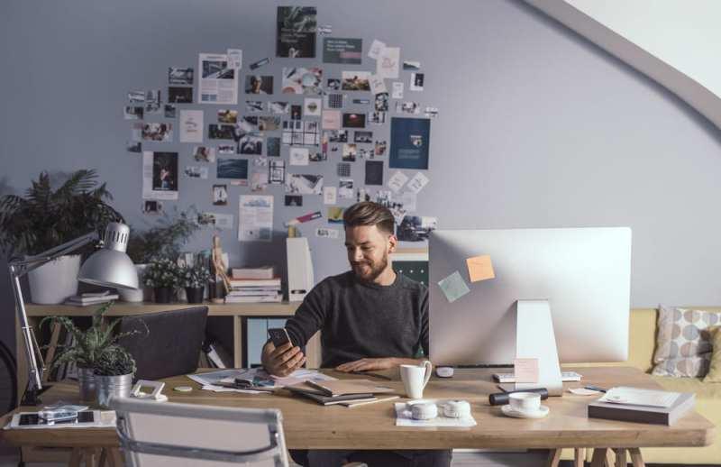 foto de um homem trabalhando, representando abrir uma agência de marketing