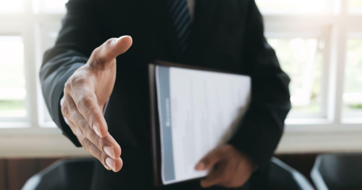 foto de um homem dando a mão para cumprimentar, representando as dicas para contratar colaboradores