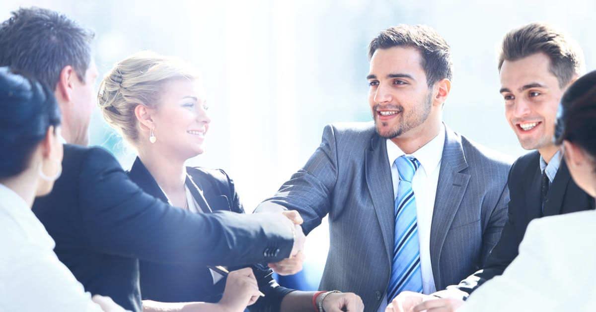 Foto de muitas pessoas conversando e sorrindo, representando empreender em Sete Quedas