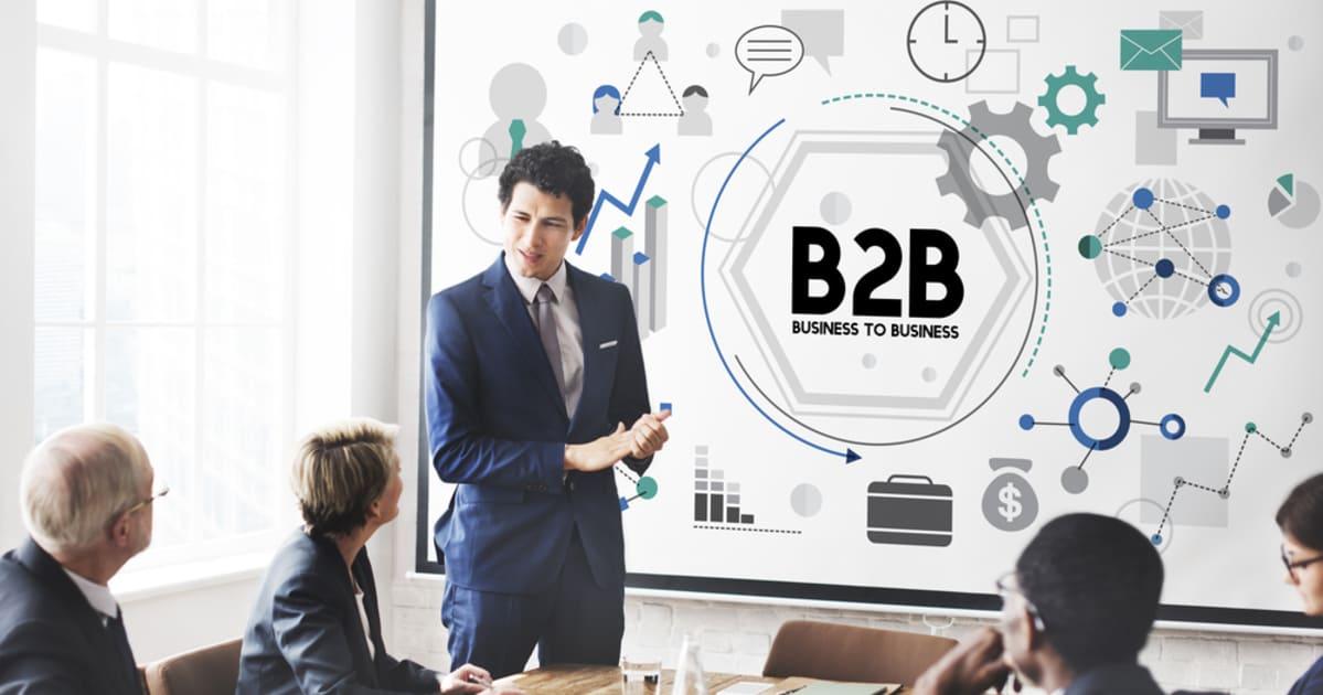foto de um homem apresentando slides para outras pessoas, representando o marketing b2b para contadores