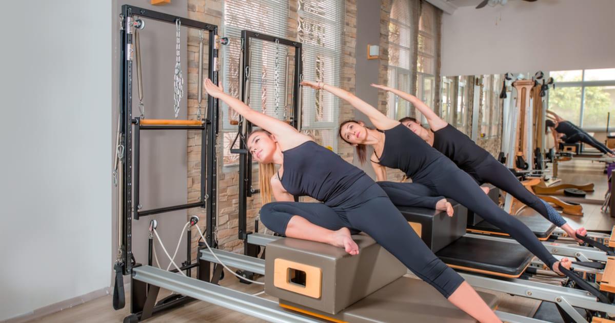 foto de três mulheres fazendo exercício, representando como abrir um estúdio de pilates