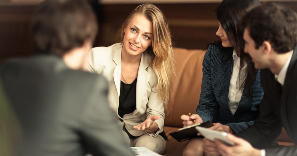 foto de três pessoas conversando, representando como empreender em teresópolis