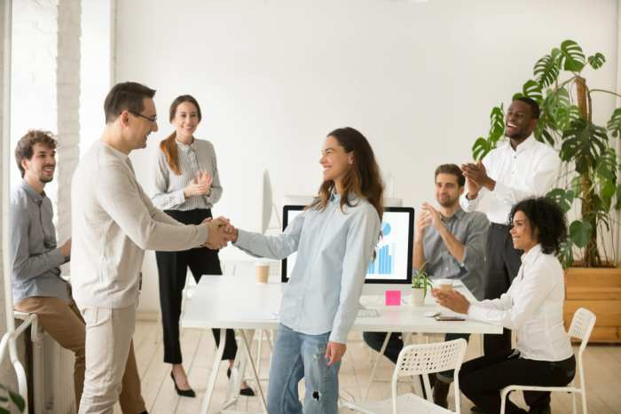 Foto de pessoas em um escritório, representando como ser uma pessoa melhor no trabalho
