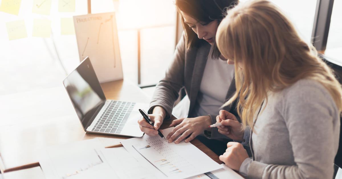 foto de duas mulheres conversando, representando a contabilidade consultiva
