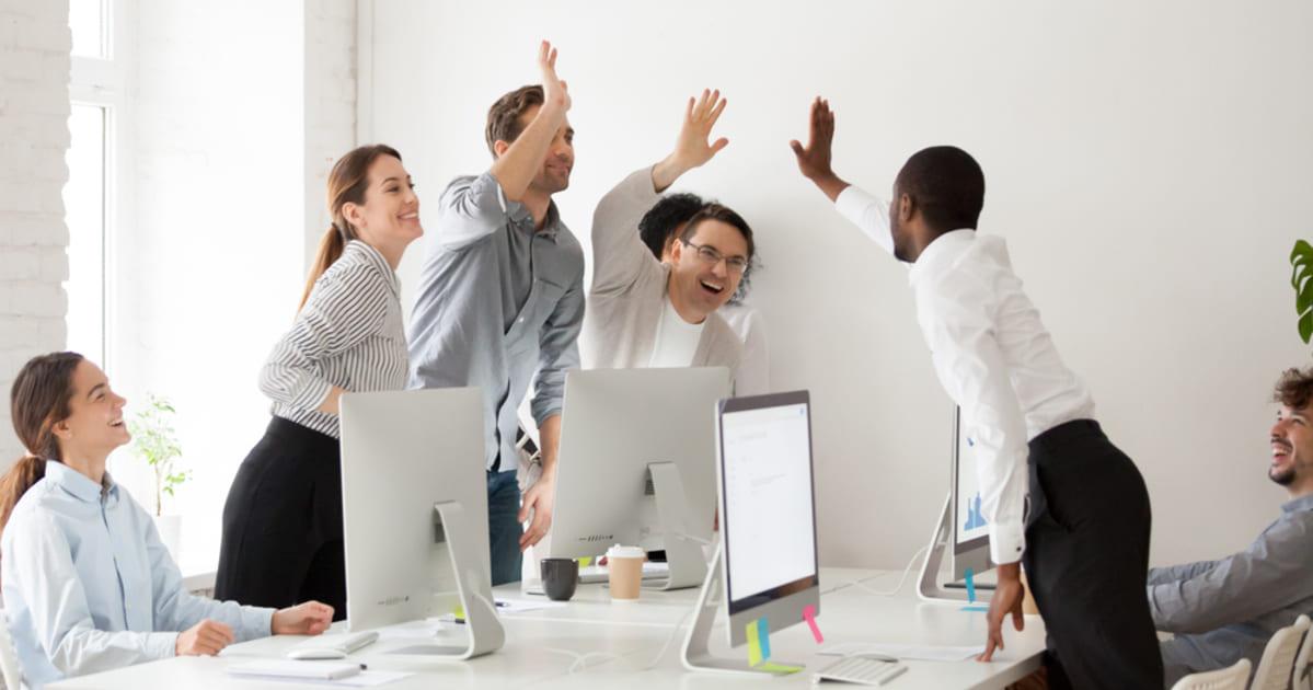 foto de pessoas se cumprimentando, representando como ser uma pessoa melhor no trabalho