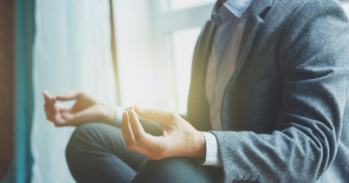 foto de um homem de terno meditando, representando os provérbios da gestão