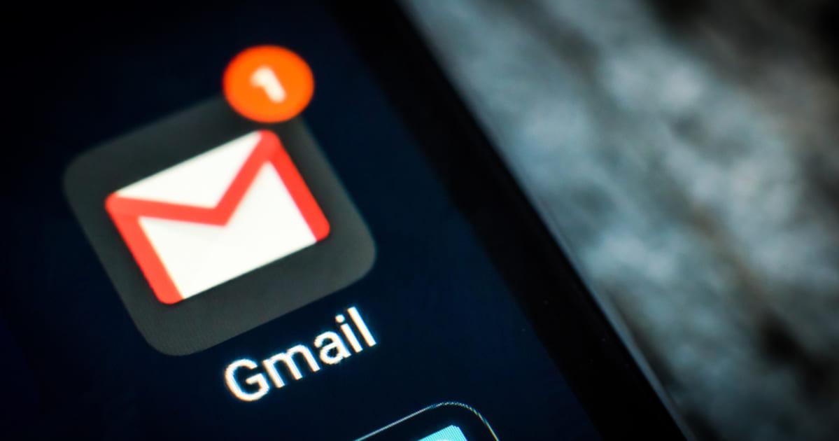 foto da tela de um celular com notificação no email, representando os plugins do Gmail
