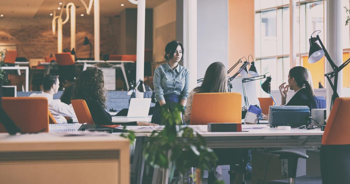 foto de pessoas em uma reunião descontraída, representando as primeiras startups unicórnios