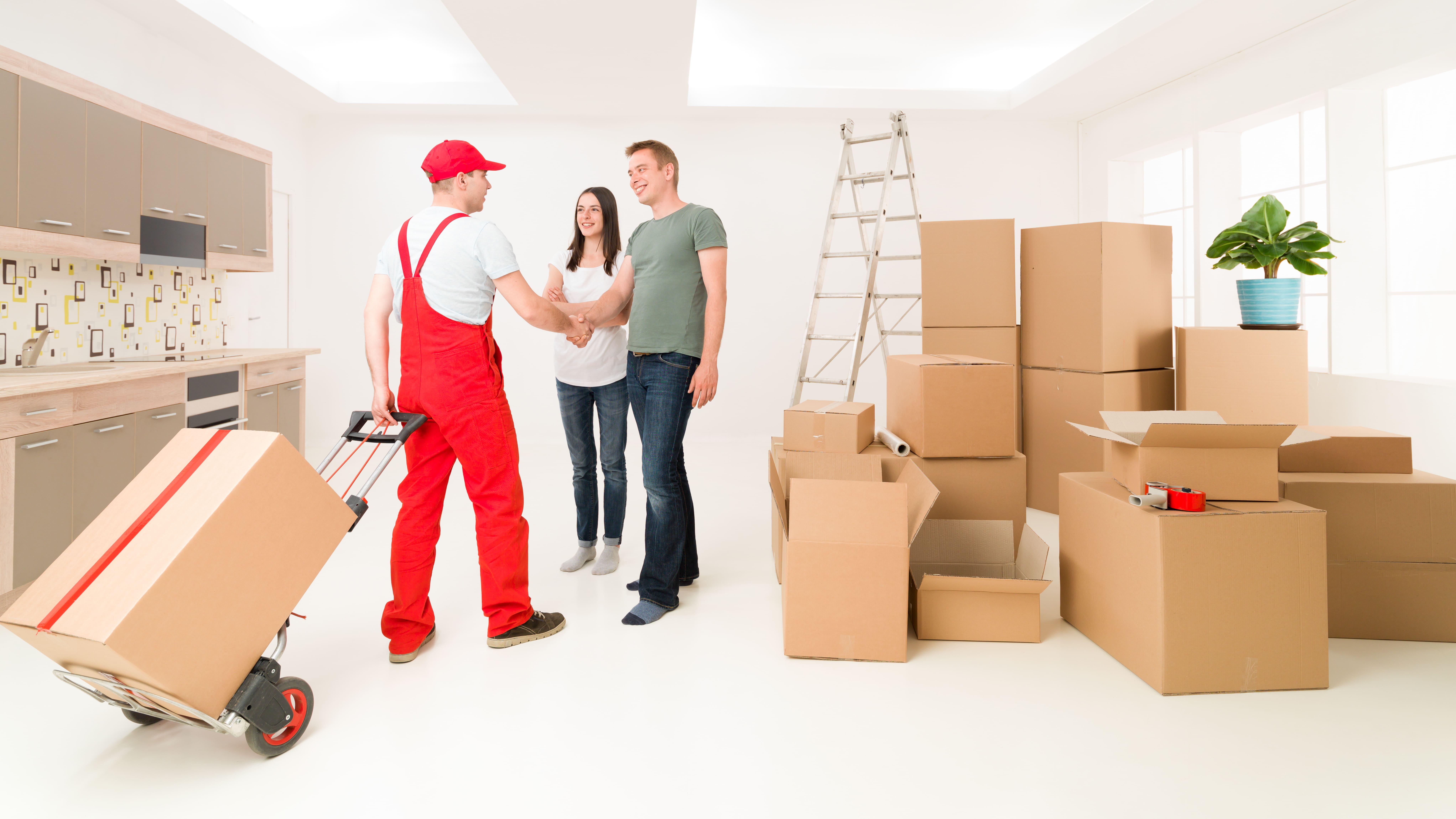 Imagem de uma equipe auxiliando na mudança de casa de uma família depois que um empreendedor resolveu abrir uma empresa de mudanças