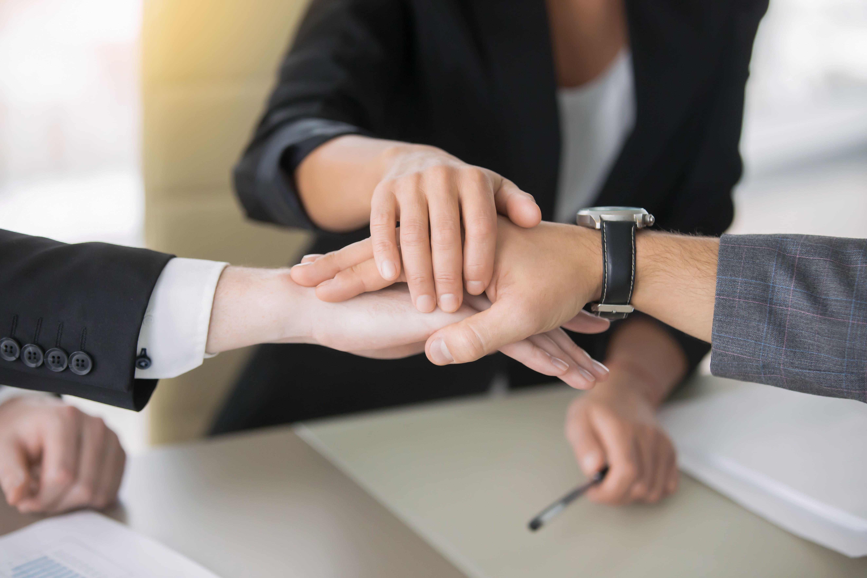 Imagem de alguns contadores fazendo parceria para implementarem a estratégia de marketing compartilhado para contabilidade