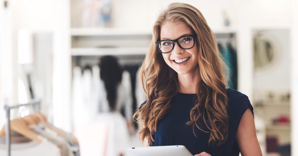 Imagem de uma Jovem empreendedora avaliando como começar a empreender no Belenzinho