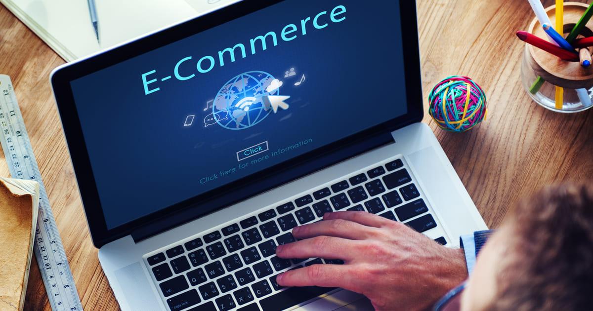 Imagem de um computador escrito e-commerce para remeter ao texto e motivar o empreendedor montar um serviço de software para e-commerce
