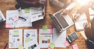 Imagem de uma mesa cheia de papéis para remeter as estratégias de marketing que os empreendedores já usaram