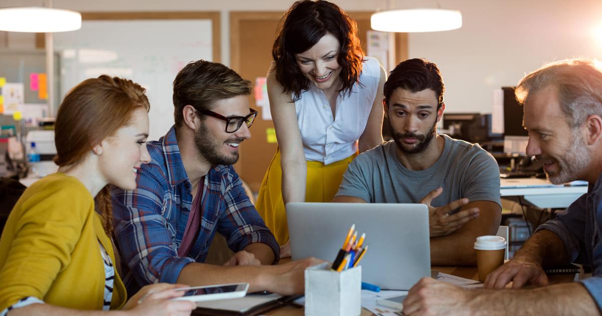 Imagem de 5 pessoas discutindo sobre como melhorar a produtividade da equipe comercial