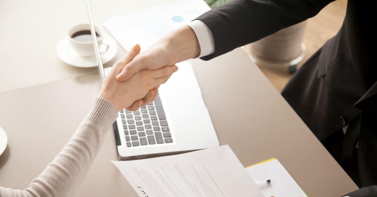 Imagem de uma empreendedora fechando negócio para remeter ao Programa Juro Zero Empreendedor