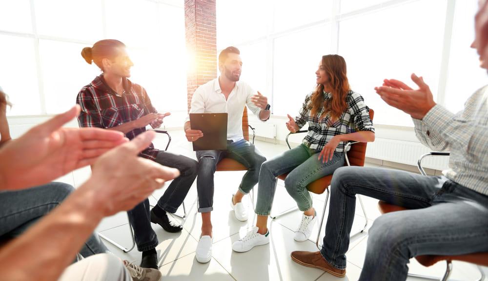 Imagem de um time fazendo reunião e discutindo como vão usar o mix de marketing na empresa